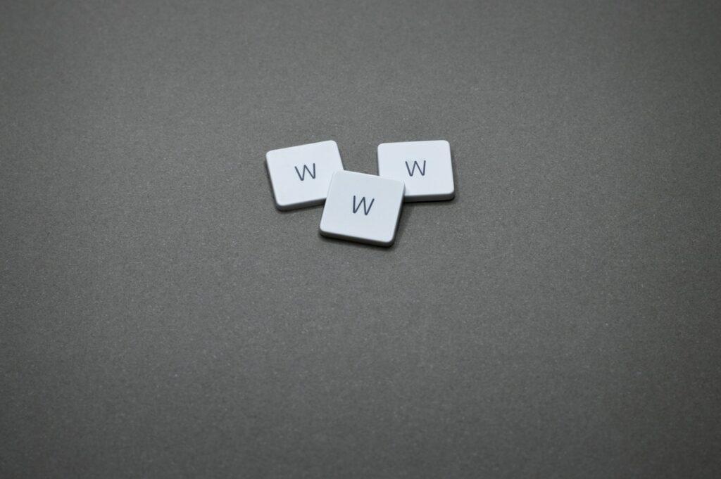 napis www ułożony na szarym tle z liter scrable